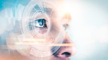 La imagen de doble exposición del empresario mirando hacia arriba durante el amanecer se superpone con una imagen de paisaje urbano y un holograma futurista. El concepto de vida moderna, tecnología, escáner de iris e internet de las cosas.
