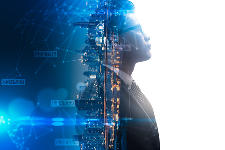 Podwójna ekspozycja obrazu nakładki myślowej biznesmena z wizerunkiem miasta i futurystycznym hologramem. Pojęcie współczesnego życia, biznesu, życia w mieście i internetu rzeczy Zdjęcie Seryjne