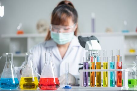 the scientists are hard-working for Invented the anti-coronavirus vaccine formula in the laboratory. the concept of coronavirus, vaccination, laboratory and medical. 免版税图像
