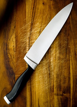the knife: Cuchillo del chef grandes sobre plancha de cortar madera