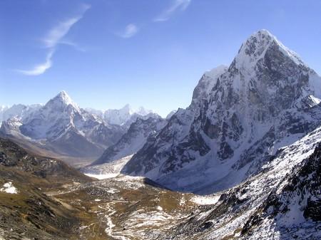 Schnee bedeckten Gipfeln im Himalaya, Nepal.