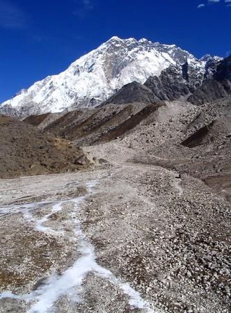 no correr: R�os glaciales ejecutan hacia abajo de los valles no muy lejos de Monte Everest Base Camp, Nepal