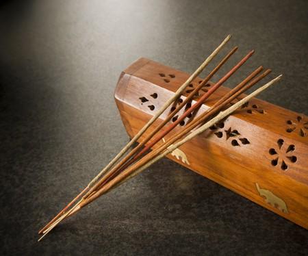 Räucherstäbchen Sie gegen eine Holz-box