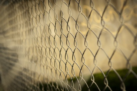 link fence: Wire fence (cyclone fencing) in repeating patterns