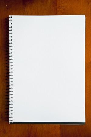 raton: Una gran espiral enlazado port�til con p�ginas en blanco Foto de archivo