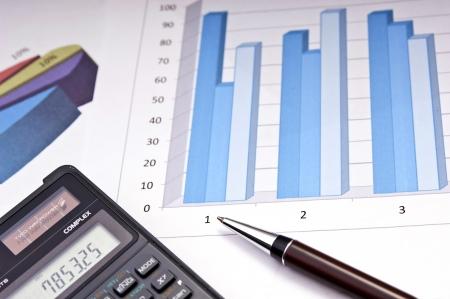 Grafieken, rekenmachine en papieren afschriften voor finance concept Stockfoto
