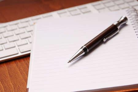 pad pen: Concepto de oficina escritorio con bloc, bol�grafo, calculadora en la vista