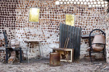 tin cans: Interieur van een oud huis gebouwd van blikken met oude meubels