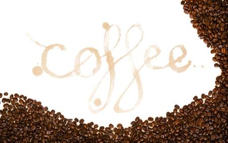 manchas de cafe: Caf� escrito como una palabra en las manchas de caf� con granos de caf� de todo aislado en blanco