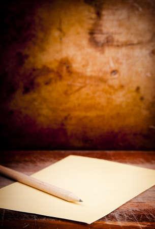telegrama: Fondo sobre la vendimia con el lápiz sobre un fondo oscuro del grunge en foucs poco profundas Foto de archivo