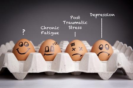 cansancio: Concepto de salud mental en estilo juguet�n con los personajes de huevo
