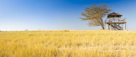 Holzaussichtshütte mit Strohdach sieht während auf Safari in Botswana, Afrika über den Makgadikgadi Pan aus