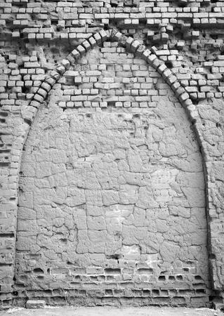 Le vecchie rovine della chiesa di Palapye hanno sviluppato dai mattoni cotti della terra in Botswana rurale, Africa in bianco e nero Archivio Fotografico - 82804096
