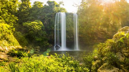치아 파스, 멕시코의 Palenque 근처 Misol 하 폭포의 파노라마 스톡 콘텐츠