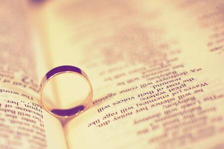 vintage look: Vintage Guarda stilizzato anelli di nozze su una Bibbia  Archivio Fotografico