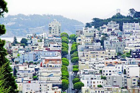 estado del tiempo: road in the middle of the town at San Francisco California USA