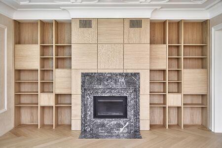 Bibliothèques en bois. Etagères en bois autour de la cheminée. Fabrication de meubles. Fermer Banque d'images