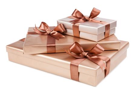 Scatola d'oro con regali e fiocco marrone Archivio Fotografico - 36999546