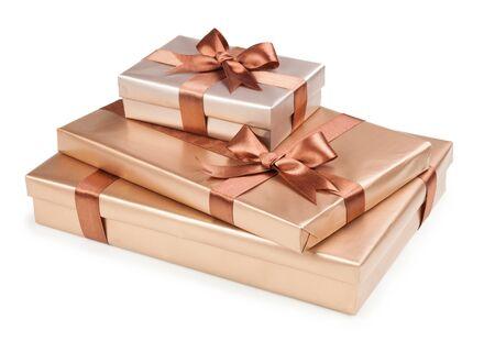 Scatola d'oro con regali e fiocco marrone Archivio Fotografico - 36999534