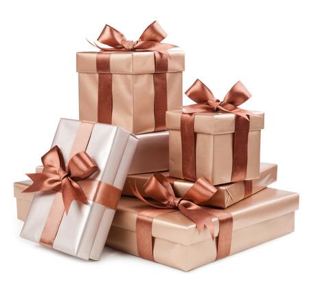Gouden doos met giften en bruine boog Stockfoto
