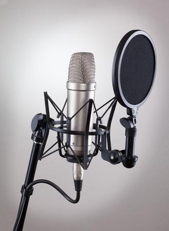Studio microfoon op een grijze achtergrond.