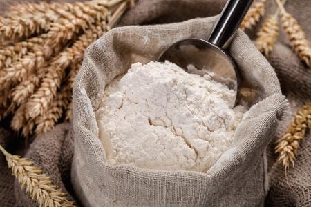 テーブルと籾袋の小麦粉します。