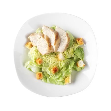 ensalada cesar: Ensalada César de pollo en el fondo blanco Foto de archivo