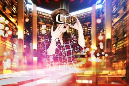 Doble exposición, niña recibiendo auricular experiencia de realidad virtual, está usando las gafas de realidad aumentada, estar en una realidad virtual. En la biblioteca