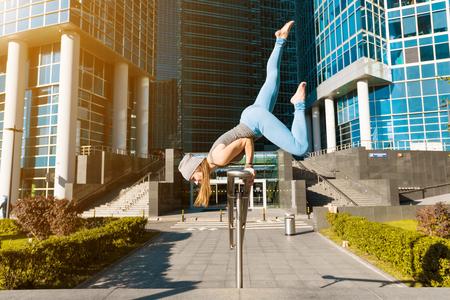 Jong meisje doet yoga buitenshuis in de stad Stockfoto