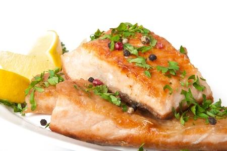 plato de pescado: Plato de pescado - salm�n a la parrilla con verduras Foto de archivo
