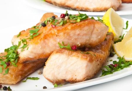 魚料理 - 野菜添えサーモンのグリル