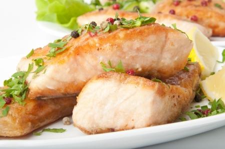 plato de pescado: Plato de pescado - salmón a la parrilla con verduras Foto de archivo