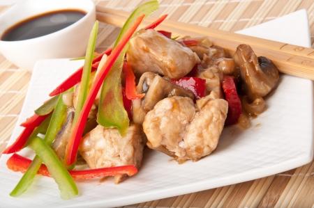 arroz chino: Revuelva fre�r el pollo con pimientos y champi�ones Foto de archivo