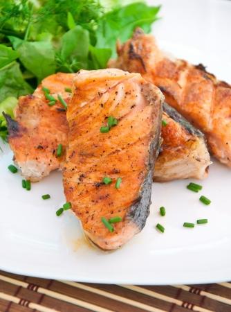 pişmiş: Izgara somon ve salata Stok Fotoğraf