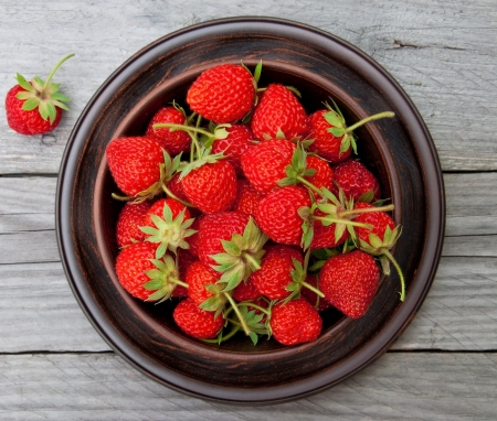 Strawberries on a bowl in the summer garden Stock Photo - 20324236
