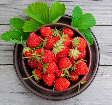 Strawberries on a bowl in the summer garden Stock Photo - 20323228