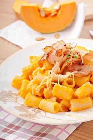 semolina paste: Pasta mezzo Manika con zucca, liquore Amaretto e pancetta Archivio Fotografico