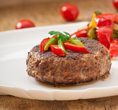 햄버거 쇠고기 스테이크와 야채 구이