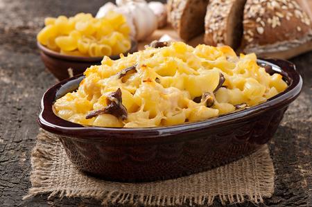 macarrones: Macarrones con queso, pollo y champiñones al horno Foto de archivo