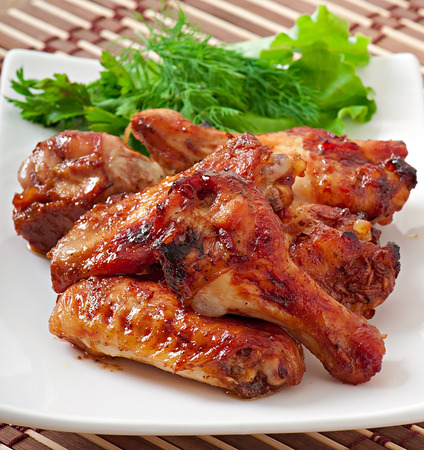 alitas de pollo: Alitas de pollo cocidas al horno en el estilo asiático