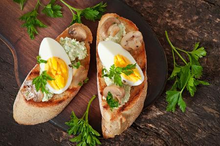 huevo blanco: Bruschetta con una pasta de guisantes verdes, champi�ones y huevo