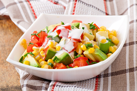 corn chips: Mixed salad with avocado, tomatoes and sweet corn