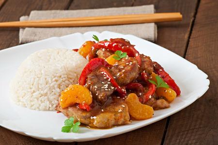 arroz chino: Carne en salsa picante, pimienta dulce y mandarinas con una guarnici�n de arroz hervido