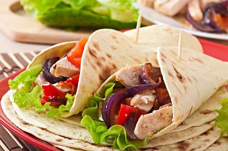 nuggets pollo: Tortilla con pollo y pimientos