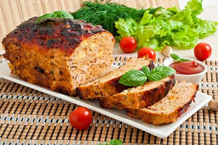 Pastel de carne con salsa de tomate hecha en casa de planta y albahaca