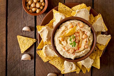 food: Homus saudável com oliveiras chips de petróleo e pita Banco de Imagens