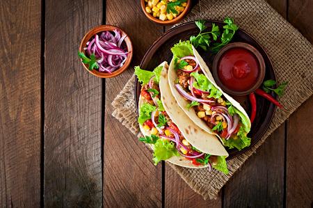 Mexikanischer Tacos mit Fleisch, Gemüse und roten Zwiebeln
