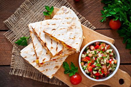 tortilla de maiz: Envoltura Quesadilla mexicano con pollo, ma�z y chile dulce y salsa Foto de archivo