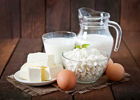 huevo blanco: Productos l�cteos y huevos en una mesa de madera