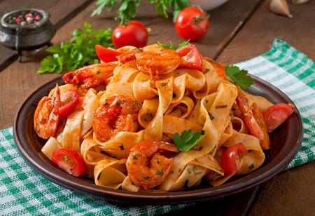 italienisches essen: Fettuccine Pasta mit Garnelen Tomaten und Kr�utern Lizenzfreie Bilder